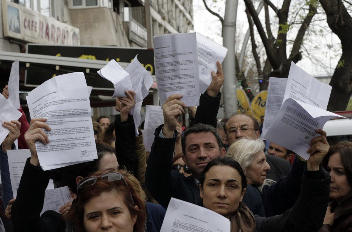 Turkkilaiset jonottivat keskusvaalilautakunnan edustalla Ankarassa tiistaina 18. huhtikuuta 2017 jättääkseen anomuksensa vaalituloksen muuttamiseksi.