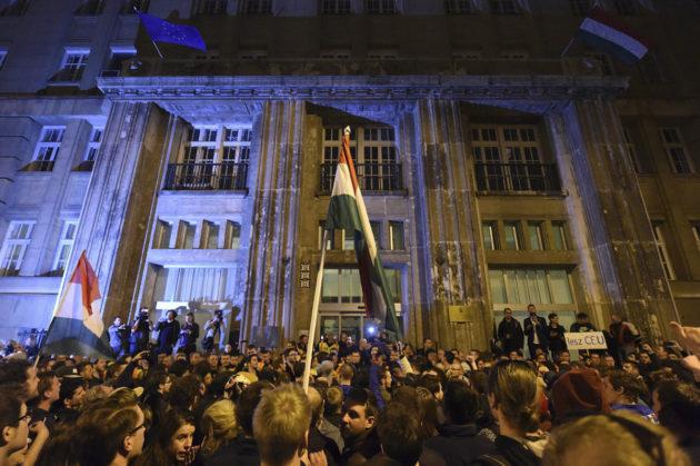 Unkarilaiset osoittivat mieltään kulttuuriministeriön edustalla sunnuntaina 9. huhtikuuta 2017.