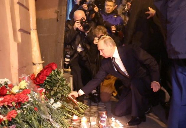 Venäjän presidentti Vladimir Putin muisti metroiskun uhreja Teknologisen instituutin asemalla Pietarissa 3. huhtikuuta 2017.