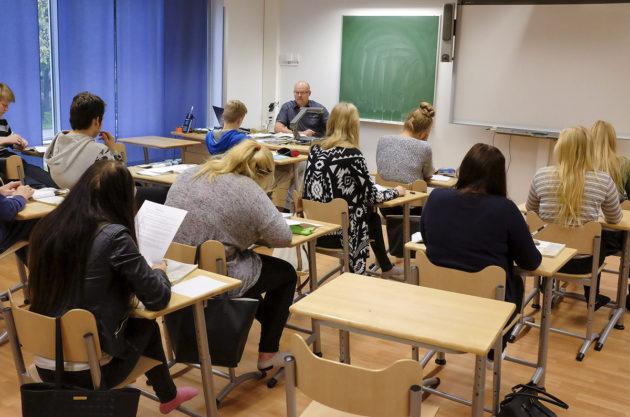Puijonsarven koulun historian ja yhteiskuntaopin opettaja Jarkko Rautio opetti yhdeksäsluokkalaisia 16. syyskuuta 2015. Kuvituskuva.