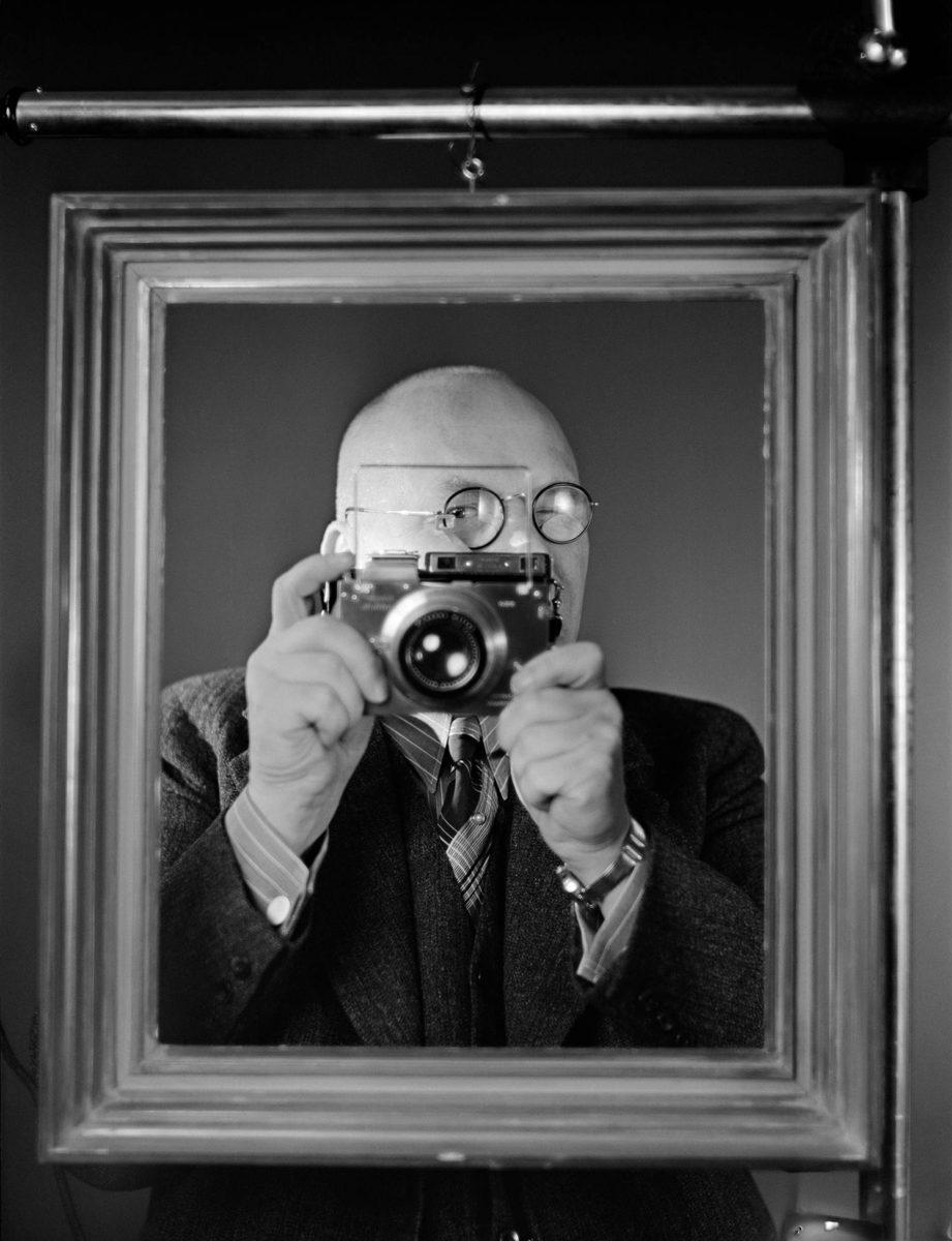 Aarne Pietinen poseeraa itselleen Plaubel Makina -kameransa kanssa 1938.