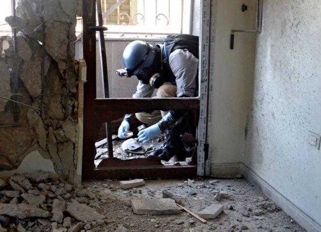 YK:n tutkija kerää näytteitä Ghoutassa Syyriassa elokuussa 2013.