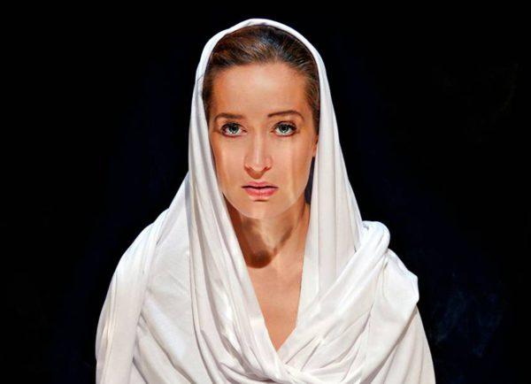 Elsa Saisio esittää Hiljaisuuden kiven naispääosaa.