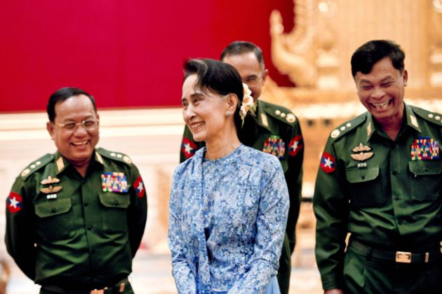 Aung San Suu Kyi ja kenraaleita vuonna 2016, kun rauhannobelisti otti vastaan ulkoministerin viran.