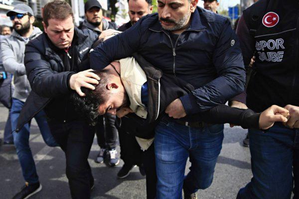 Poliisi pidätti mielenosoittajia Istanbulissa 1. toukokuuta 2017.