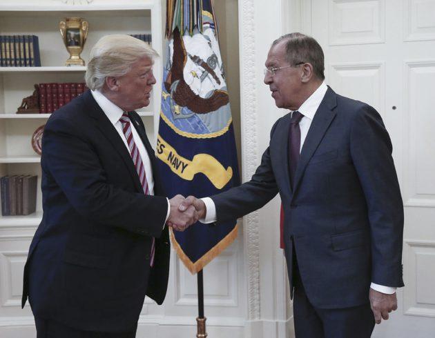 Presidentti Donald Trump ja Venäjän ulkoministeri Sergei Lavrov kättelivät valkoisessa talossa Washingtonissa 10. toukokuuta.