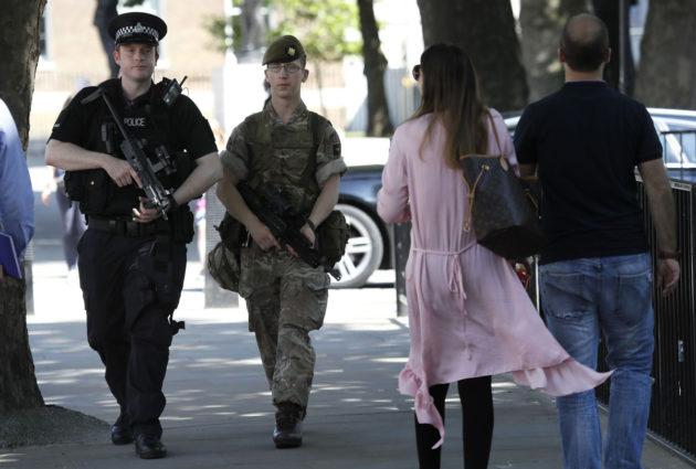 Poliisi ja sotilas partioivat Whitehallissa Lontoossa 25. toukokuuta 2017.