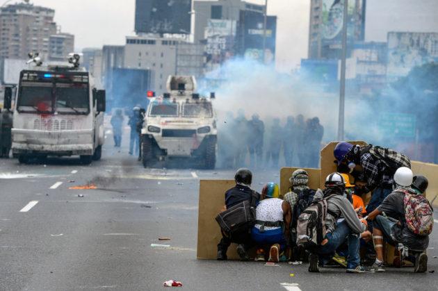 Presidenttiä vastustavat mielenosoittajat ja mellakkapoliisit ottivat yhteen Caracasissa Venezuelassa 8. toukokuuta 2017.