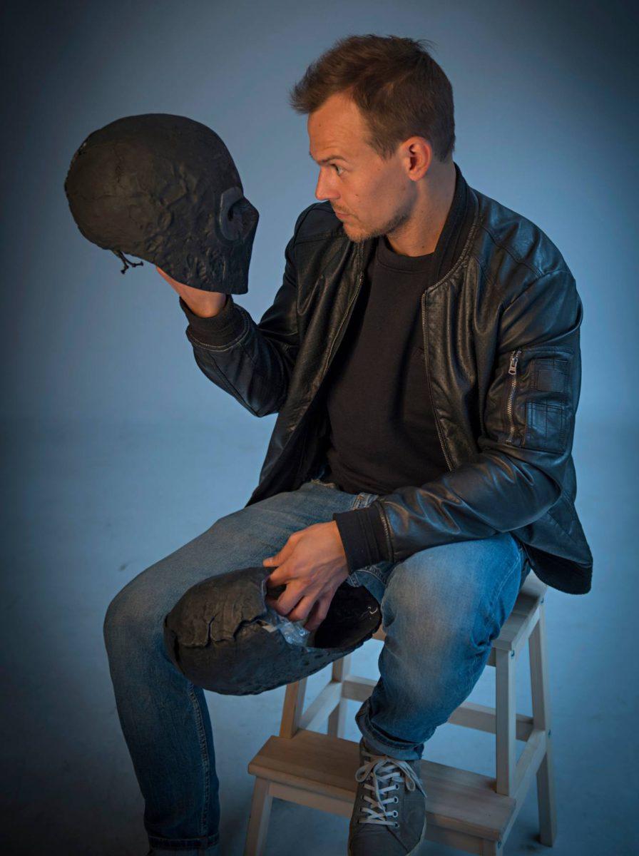 Rendel-elokuvan kuvauksissa kului kymmeniä maskeja. Niitä ei aina saanut ehjänä pois näyttelijän päästä.