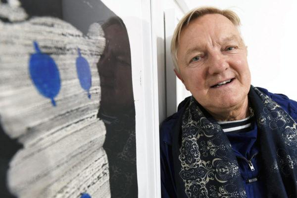 Taiteilija Hannu Väisänen Esi-isät-kirjan ja -näyttelyn avajaisissa Helsingissä Galerie Forsblomilla 9. maaliskuuta 2017.