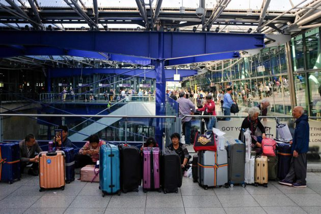 British Airwaysin lennoilta jääneitä matkustajia Heathrow'n lentokentällä Lontoossa 27. toukokuuta 2017.
