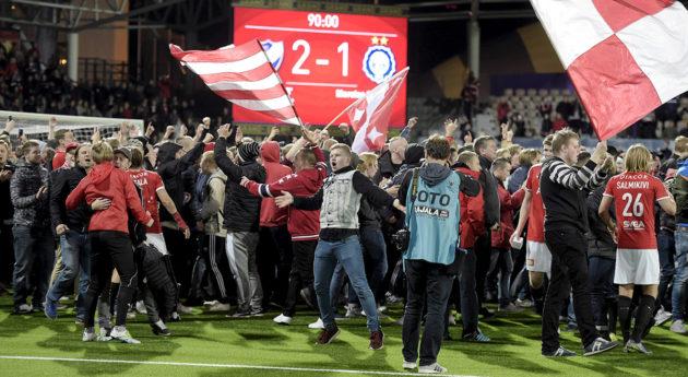 HIFK:n kannattajat ryntäsivät kentälle juhlimaan Stadin derbyn voittoa Helsingissä 30. syyskuuta 2016.