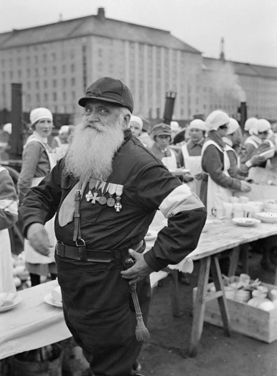 """Vapaussodan urhokkuus ei kaikilta ihan hetkessä unohtunut. Lapuan """"joulu-ukko"""" poseerasi mielellään Helsingin pallokentällä 16.5. 1933."""