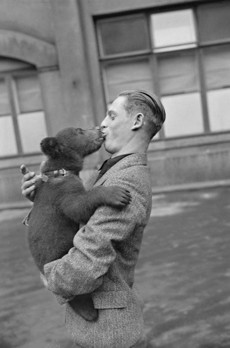 Mussolini oli lähettänyt isänmaallisen kansanliikkeen Mustan Karhun miehille muotokuvansa. Vastalahjaksi hänelle lähti kesäkuussa 1935 muutamien viikkojen ikäinen karhunpentu.