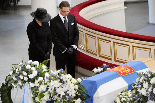 Harri Holkerin siunaus- ja muistotilaisuus oli 27. elokuuta 2011. Valtioneuvoston kukkatervehdyksen laskivat pääministeri Jyrki Katainen ja valtiovarainministeri Jutta Urpilainen.