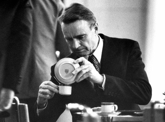 Tarkan markan pääministeri Mauno Koivisto näytti mallia kaatamalla läikkynyttä kahvia talteen eduskunnan kuppilassa 4. joulukuuta 1979.