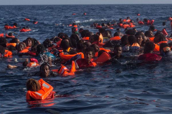 Afrikasta Eurooppaan pyrkiviä ihmisiä veden varassa Välimeressä lähellä Lampedusaa Italiaa 24. toukokuuta 2017. Kaatuneessa veneessä oli yli 500 matkustajaa.