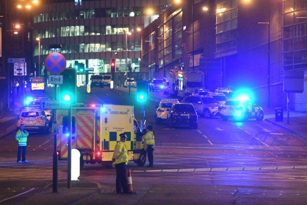 Hälytysajoneuvoja Manchesterin terrori-iskun tapahtumapaikalla 23. toukokuuta 2017.