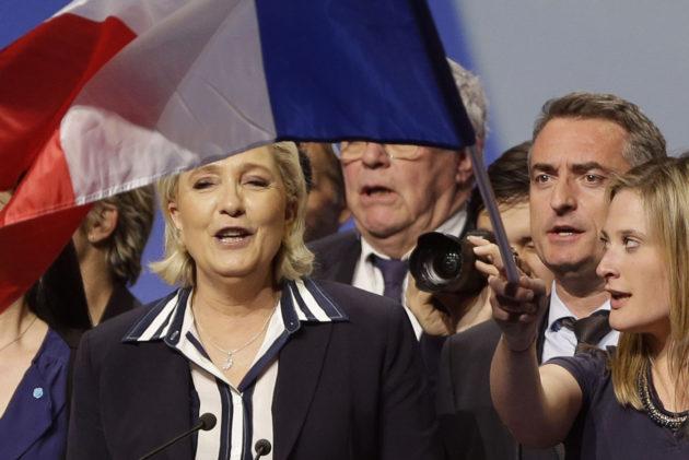 Kansallisen rintaman presidenttiehdokas Marine Le Pen kannattajiensa keskellä Nizzassa Etelä-Ranskassa 27. huhtikuuta 2017.