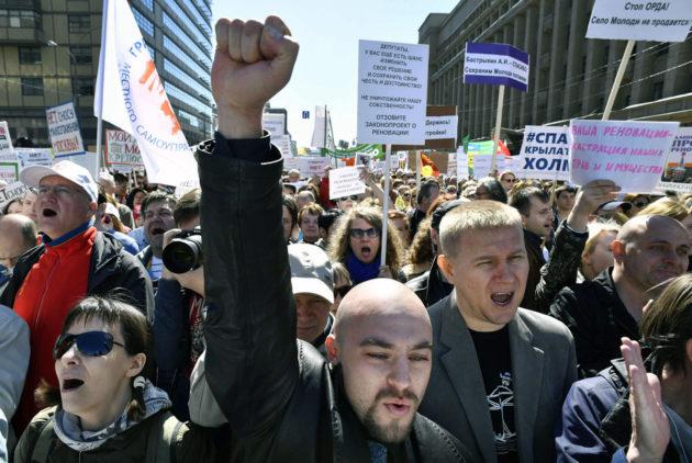 Mielenosoittajat vastustivat kerrostalojen purkamista Moskovassa Venäjällä 14. toukokuuta 2017.