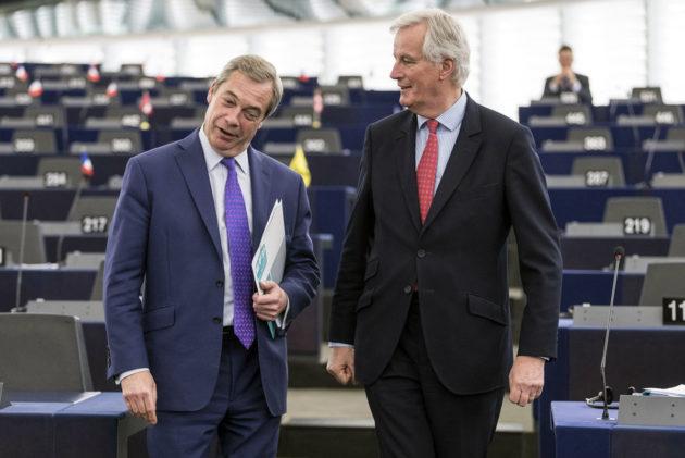 Ukipin ex-puheenjohtaja Nigel Farage (vas.) ja EU:n brexit-neuvottelija Michel Barnier Eroopan parlamentissa Strasbourgissa Ranskassa 5. huhtikuuta 2017.