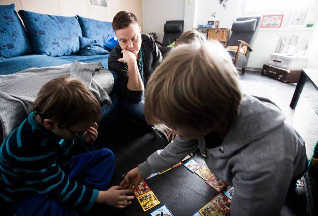 Varkaudessa kokeillaan kolmea perhekumppania, jotka auttavat seitsemää perhettä. Olli Koistinen on yksi heistä.
