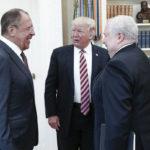 Venäjän ulkoministeri Sergei Lavrov, Yhdysvaltain presidentti Donald Trump ja Venäjän Washingtonin-suurlähetteliäs Sergei Kisljak Valkoisessa talossa 10. toukokuuta 2017.