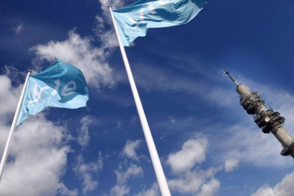 Ylen linkkitorni ja lippuja Pasilassa Helsingissä 15. toukokuuta 2017.