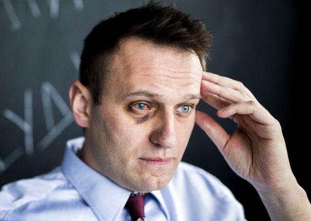 Aleksei Navalnyi toimistossaan 11. toukokuuta. Hänen oikea silmänsä vahingoittui äärinationalistien iskussa.