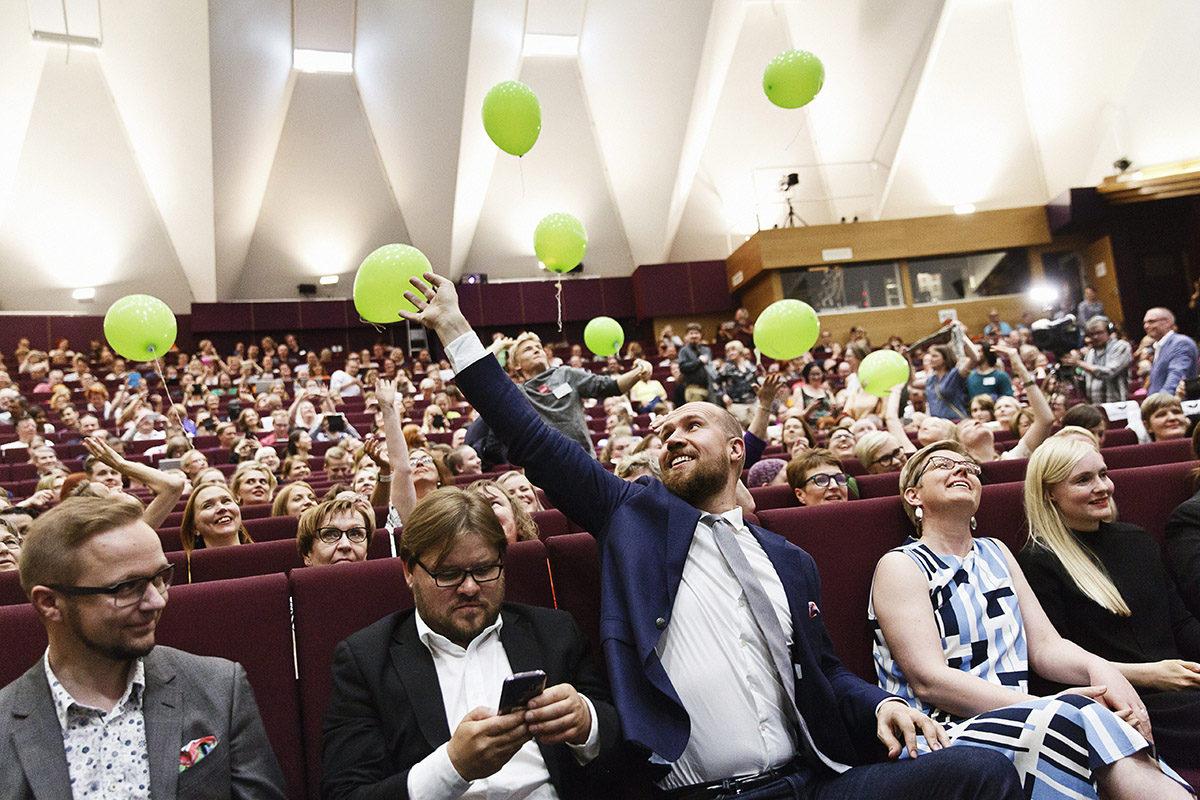 Touko Aalto (kesk.) iloitsee tultuaan valituksi vihreiden uudeksi puheenjohtajaksi puoluekokouksessa Tampereella lauantaina 17. kesäkuuta 2017.
