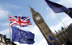 Britannian ja EU:n liput liehuivat Brexitiä vastustaneessa mielenosoituksessa Lontoossa 25. maaliskuuta 2017.