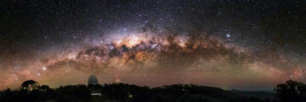 Maailmankaikkeuden väri muodostuu tähtien, kaasun ja pölyn yhteenlasketusta säteilystä.