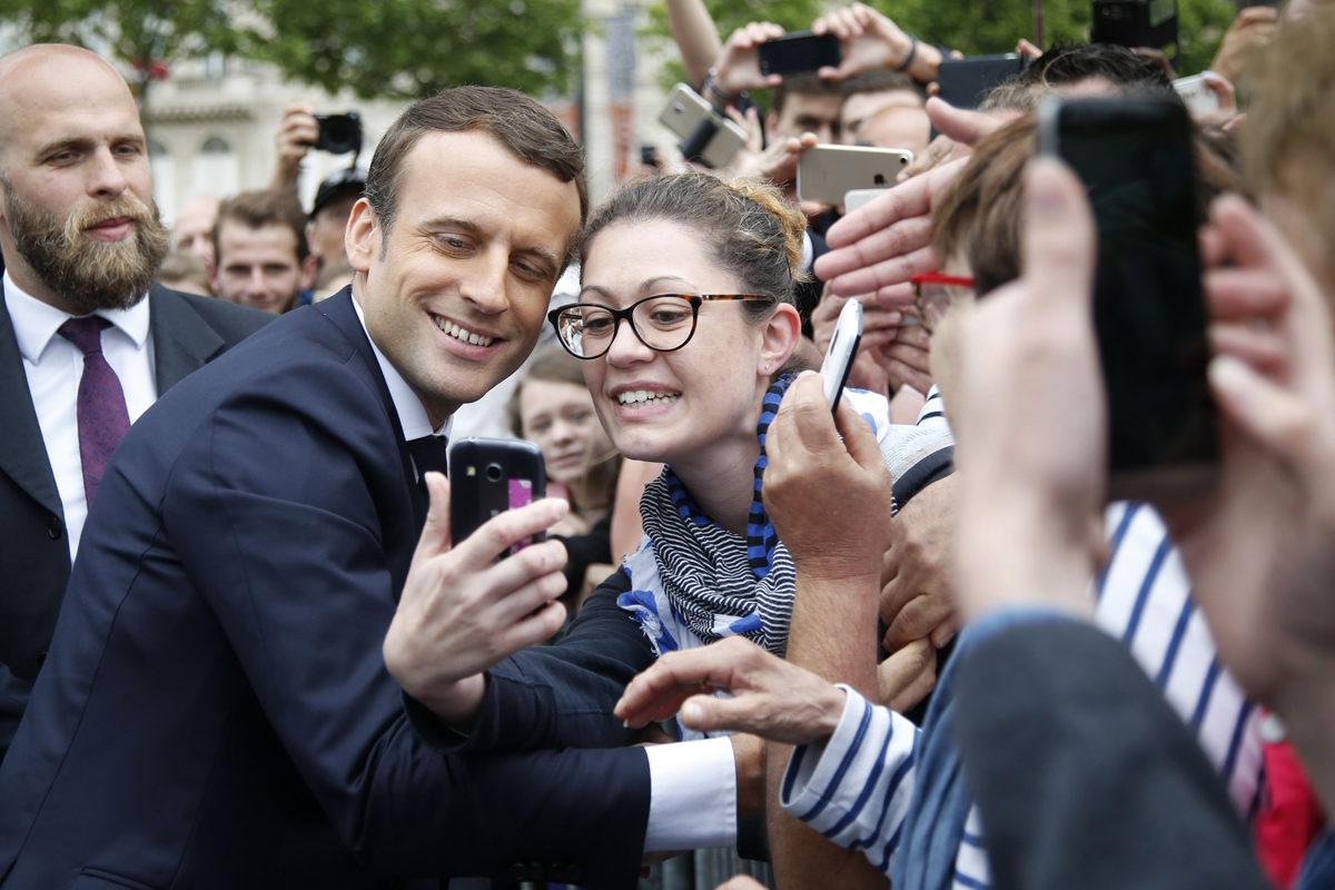 Ranskan presidentti Emmanuel Macron poseerasi kansalaisten selfieissä Pariisissa 3. kesäkuuta 2017.