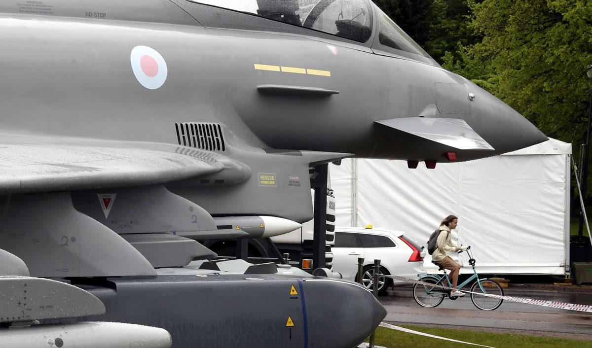 Eurofighter Typhoon -hävittäjäkoneen malli esillä Helsingin Kaivopuistossa 7. kesäkuuta 2017.