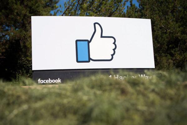 Facebookin logo ja peukku yhtiön pääkonttorin alueella Menlo Parkissa Kaliforniassa Yhdysvalloissa.