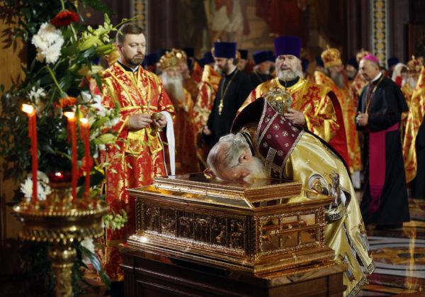 Venäjän ortodoksinen patriarkka Kirill suuteli 21. toukokuuta 2017 Moskovassa arkkua, jossa on Pyhän Nikolauksen kylkiluu.
