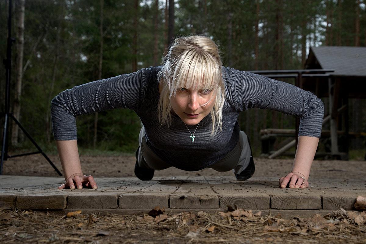 Perussuomalaisten kansanedustaja Laura Huhtasaari yrittää tehdä 30 punnerrusta aamuin illoin.