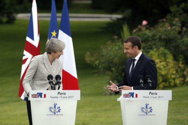 Britannian pääministeri Theresa May ja Ranskan presidentti Emmanuel Macron Pariisissa 13. kesäkuuta 2017.