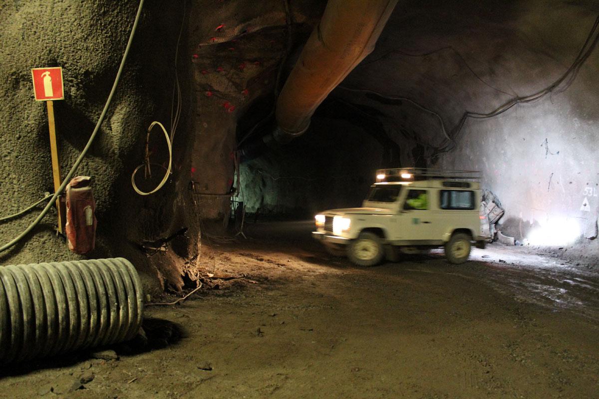 Jeeppi kääntyy 420 metrin syvyydessä, demonstraatiotunnelin alueella.