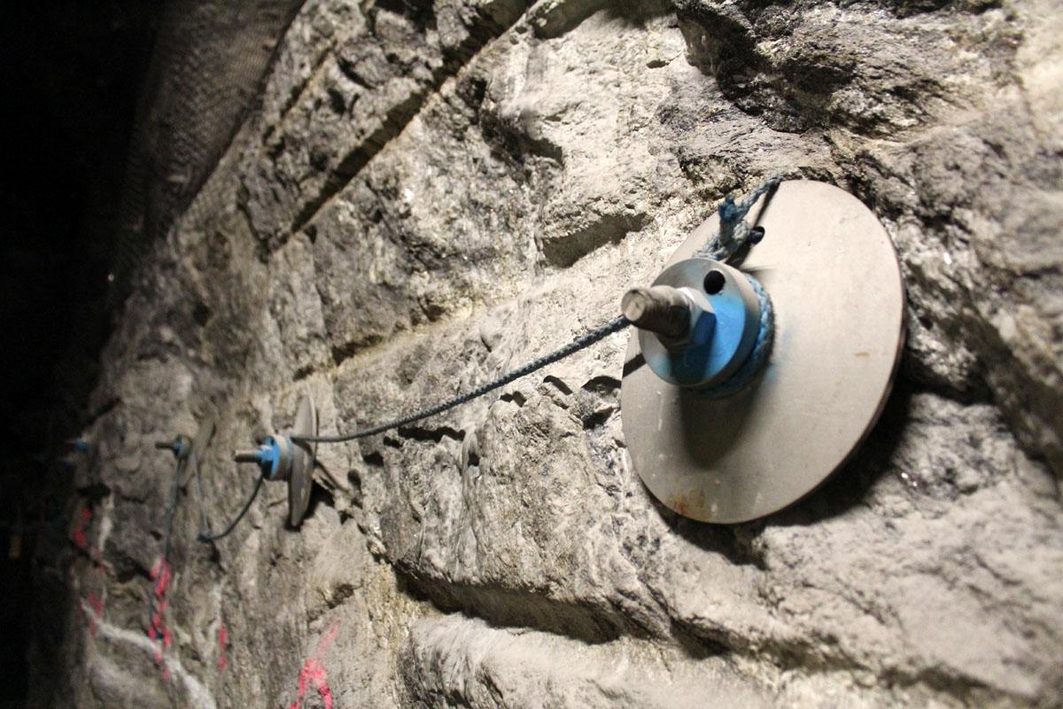 Kalliota vahvistetaan pultein ja teräsverkoin. Pulteissa on jykevä kanta.