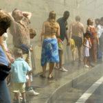 Pariisissa oli 40 asteen helle 5. elokuuta 2003. Ihmiset vilvoittelivat rannalla vesisuihkujen alla.