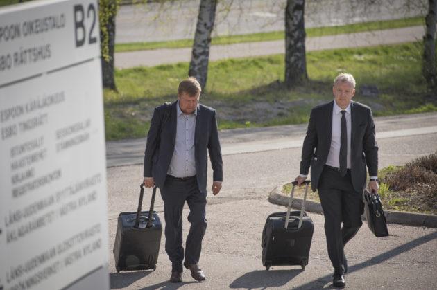 Pekka Perä ja Talvivaaran asianajaja Sami Uoti saapuivat Espoon käräjäoikeuteen 19. toukokuuta 2017.