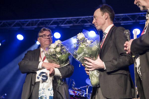 Väistyvä puheenjohtaja Timo Soini ja hänen tuore seuraajansa Jussi Halla-aho perussuomalaisten puoluekokouksessa Jyväskylässä 10. kesäkuuta 2017.