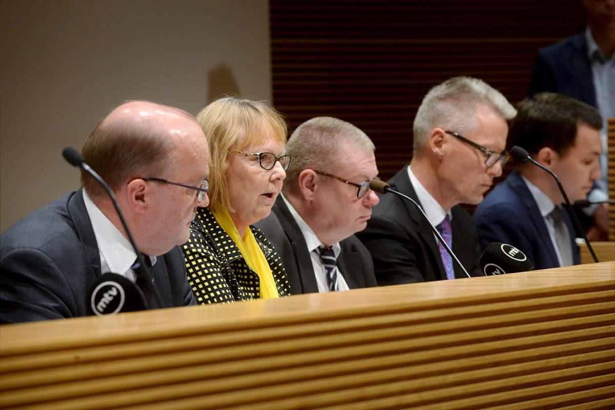 Eduskunnan perustuslakivaliokunnan varapuheenjohtaja Tapani Tölli ja puheenjohtaja Annika Lapintie sekä jäsenet Kimmo Kivelä, Ilkka Kantola ja Wille Rydman valiokunnan sote-uudistusta käsittelevässä tiedotustilaisuudessa Helsingissä 29. kesäkuuta 2017.
