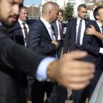Ranskan presidentti Emmanuel Macron tapasi kansaa käytyään itse äänestämässä Le Touquet'ssa 18. kesäkuuta 2017.