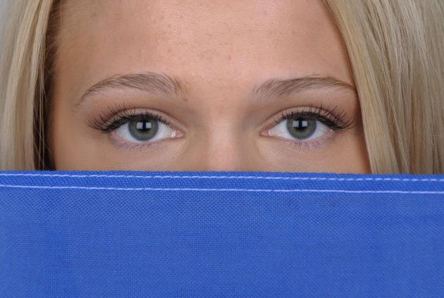 Nuoren naisen silmät.