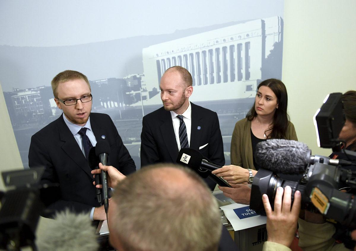 Entiset perussuomalaiset Simon Elo, Sampo Terho ja Tiina Elovaara kertoivat 19. kesäkuuta 2017, että Uusi vaihtoehto ryhmä perustaa Sininen tulevaisuus -nimisen puolueen.