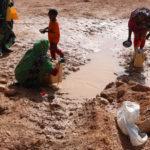 Pienen sateen jälkeen ihmiset etsivät vettä Sanaagin alueella Somalimaassa 21. toukokuuta 2017.