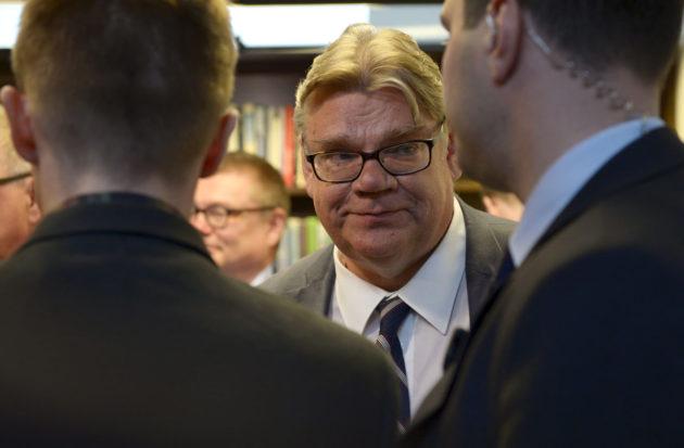Timo Soini perussuomalaisista eronneen Uusi vaihtoehto -eduskuntaryhmän kanssa eduskunnassa 13. kesäkuuta 2017.