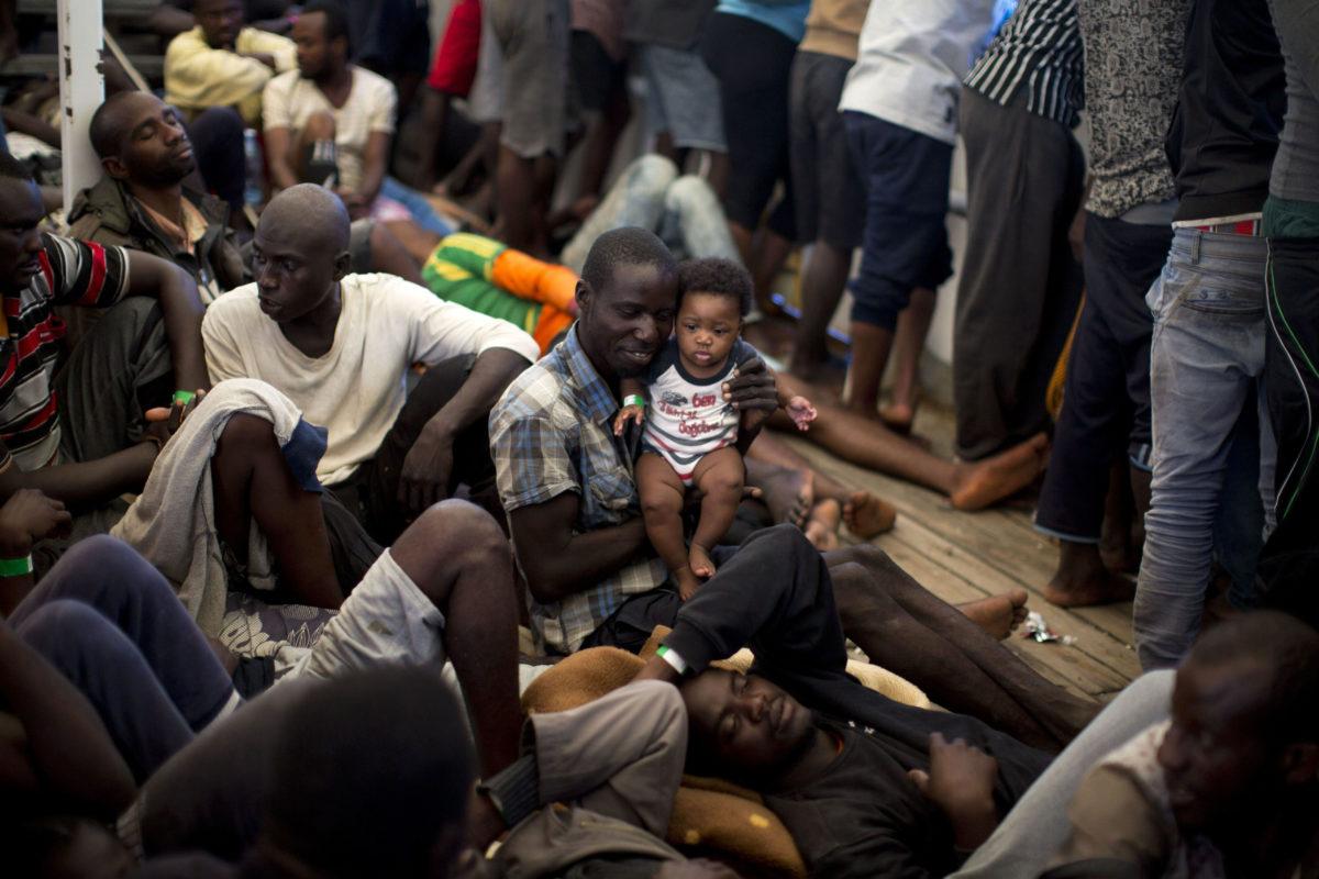 Turvapaikanhakijoita pelastusalus Golfo Azzurrolla Välimerellä 16. kesäkuuta 2017.